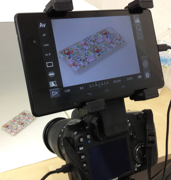 一眼レフカメラのアクセサリーシューに7インチタブレット
