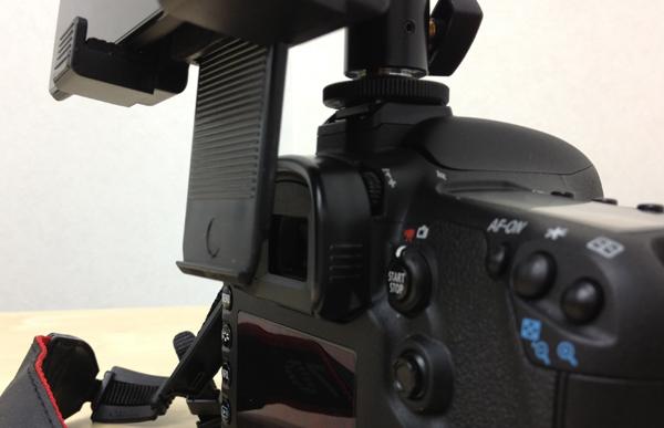 一眼レフカメラのアクセサリーシューに7インチタブレット(DSLR Controller)を装着